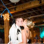 Histórias de amor: Noivo paraplégico faz surpresa emocionante ao andar até o altar