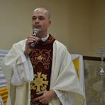 Vaticano oficializa excomunhão de padre brasileiro que defende união gay