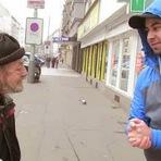 Curiosidades - Deixou cair a carteira e este morador de rua a devolveu. O que acontece a seguir é emocionante!