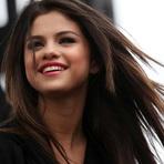 Selena Gomez Libera Duas Músicas de Sua Coletânea
