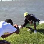 Rapper Presto Flo cai durante sessão de fotos.
