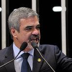 Líder do PT no Senado nega propina da Petrobras e  diz que abre mão de sigilos bancário, fiscal e telefônico
