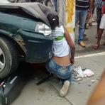 Acidente fatal entre carro e moto deixa vítima imprensada entre o automóvel e um poste