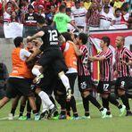 Esportes - São Paulo vence o Santos e garante Libertadores 2015