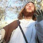 Religião - Sinal dos Tempos: Com cruz e smartphone, homem caracterizado como Jesus anda pelas ruas da Filadélfia nos EUA