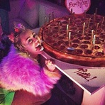 Celebridades -  Miley Cyrus Comemora 22 anos com Festa a Fantasia