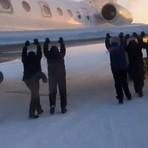 Avião atola no gelo e passageiros precisam empurrá-lo