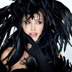 Com o corpo coberto de plumas, a atriz, que trabalha na divulgação do longa Unbroken, posou para fotos.