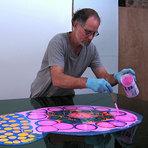 Arte psicodélica feita de tinta e resina lembra formas orgânicas