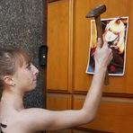 Internacional - Ativista do Femen faz protesto contra sequestro de sua irmã