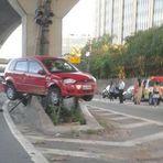MOTORISTA ENTALA CARRO NA MURETA  NA ZONA SUL DE SAO PAULO