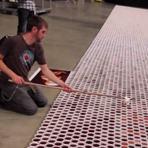 Veja isso 66.000 copos de água no chão obra incrível