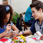 Duda e Pata saem juntos e se divertem na sorveteria