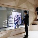 Tecnologia touch screen revoluciona a experiência no varejo de moda