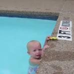 Bebê atravessa piscina nadando sozinho