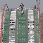 Vídeos - Maluco arrisca a vida ao dar volta em montanha-russa à bordo de sua moto