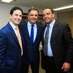 Aécio Neves recebe o prefeito da única cidade em que ganhou, em Pernambuco.