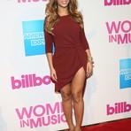 Beyoncé usa vestido com megafenda e mostra pernão em Nova York