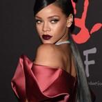 Rihanna arrasa com cabelo cinza e cheia de joias em evento beneficente