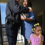 Policial se recusa a prender uma dona de casa que roubou cinco ovos para os filhos e doa 2 caminhões de alimentos