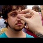 Música - Homem fica hipnotizado durante musica estranha do Titãs