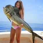 Uma garota posta foto com seu peixe gigante!