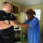 Fazer diferente muda tudo: Policial evita prender mulher que furtou ovos e a surpreende com dois caminhões com comida!