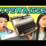 Crianças reagem a máquinas de escrever