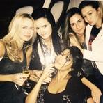 Selena Gomez Viaja para Dubai com Amigos e Posta Fotos nas Redes Sociais