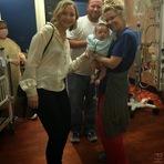 Jennifer Lawrence visita Hospital Infantil na véspera de Natal