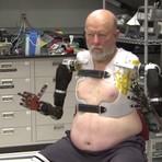 Da ficção a realidade, o futuro já chegou. Veja este homem controlando uma braço mecânico com o poder do pensamento.