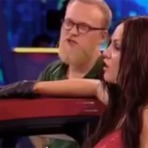 Homem quebra o nariz de sua concorrente em reality show na Rússia