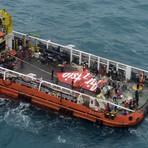 Outros - Calda do avião da AirAsia é retirada do mar