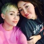 Miley Cyrus se Reúne com a Família para Festejar o Aniversário de Sua Irmã
