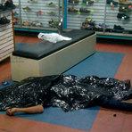 """Ladrão cai morto após donos de uma loja ler a frase """"O sangue de Cristo tem poder"""""""