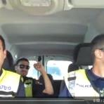 Em momento de descontração três oficiais israelense da Mishtará (policia israelense) cantam a canção Lion King song