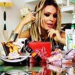De volta ao Brasil, Fernanda Lacerda é a estrela de uma campanha de cosméticos sensuais