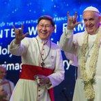 Francisco faz gesto da mão chifrada nas Filipinas, um sinal satânico que poucas pessoas sabem seu real significado