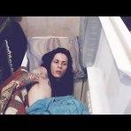 Homem ensina dormir na geladeira nesse calor