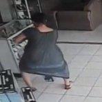 Mulher furta TV entre as pernas