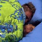 Talita e Rafael trocam beijos embaixo do edredom!