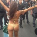Ativista de biquíni marcha à frente da PM em protesto no Centro do Rio