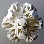 Artista cria complexas formas em esculturas de papel