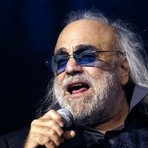 Morre cantor grego Demis Roussos