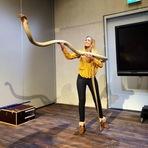 Sterrin Smalbrugge segurando uma grande, cobra-rei