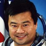 """Mistérios - Astronauta renomado faz declarações surpreendentes e relata ter visto """"Luzes estranhas"""" no espaço."""