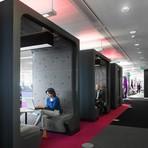 Modernas baias criam ambientes semi-privados em escritórios
