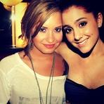 Demi Lovato e Ariana Grande Serão Juradas em Reality Show de Drag Queens