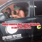 Jovens são flagradas dirigindo um carro da policia