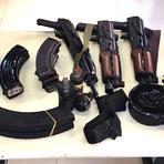 Operação policial no Dendê resulta em três detidos e apreensão de drogas, fuzis e granadas